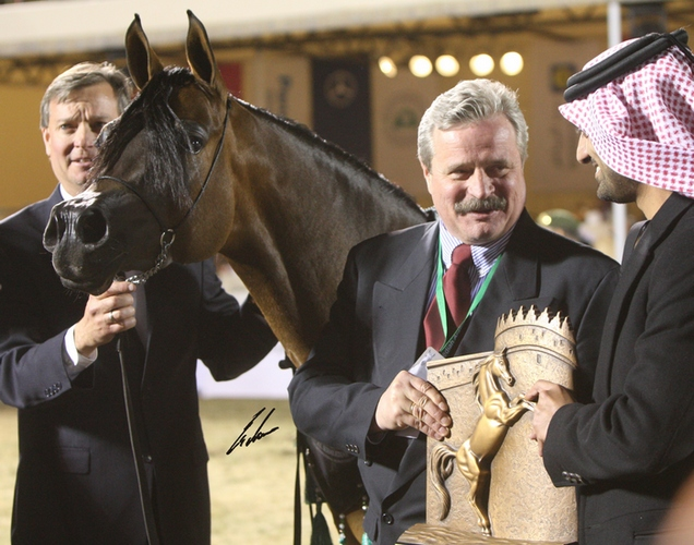 Dr Marek Trela receives the trophy for Pianissima, Al Khalediah Horse Festival 2008. By Erwin Escher