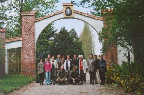 Uczestnicy imprezy w bramie dawnej PSK Albigowa (fot. P. Umińska)