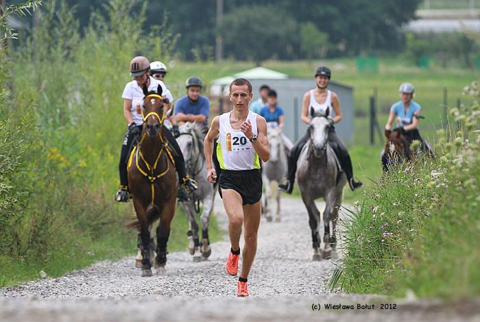 Przed polem serwisowym Oleg Gur wyprzedza czołówkę koni. Fot. Wiesława Bałut