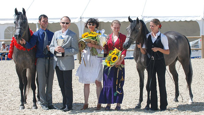 Chaos Persefona and Psyche Kreuza with the owners of Chrcynno-Palace Stud and the handlers. By Mateusz Jaworski