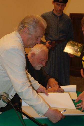 Autorzy: Tadeusz Budziński i prof. Andrzej Strumiłło podpisują album, fot. Mateusz Jaworski