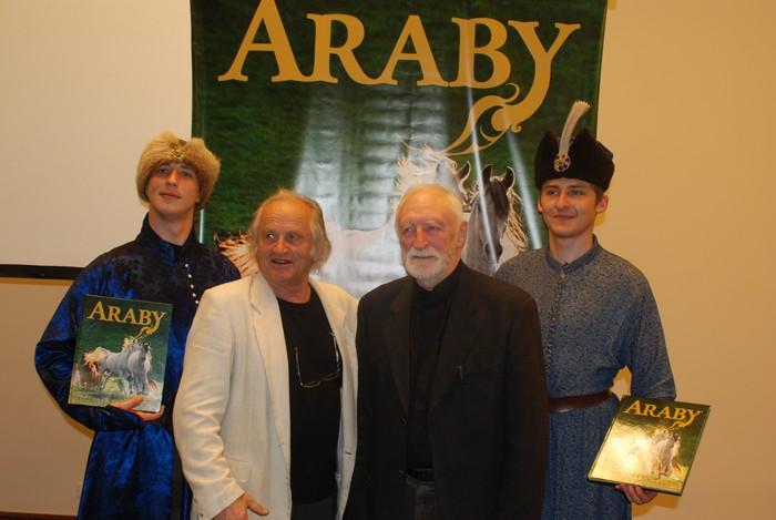 Twórcy albumu, Tadeusz Budziński i prof. Andrzej Strumiłło, z wielbicielami arabów, fot. Mateusz Jaworski