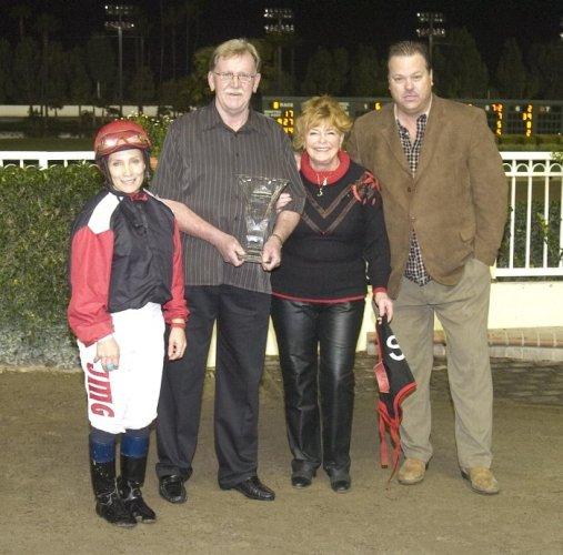Jay Corcoran (z nagrodą) oraz Joy Scott, Helen Shelley i Mark Powell. Fot. Scott Martinez (Los Alamitos)