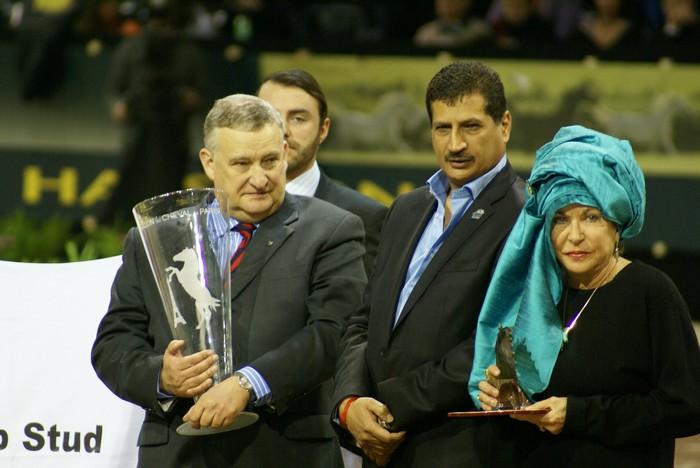 Jerzy Białobok with the trophy for the Best Breeder. On the right - Mrs. Judith Forbis. By Krzysztof Dużyński