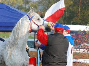 Józef Antczak pomaga w serwisie Cyryla, w tle Polska flaga na namiocie KJ Champion, fot. Mateusz Jaworski