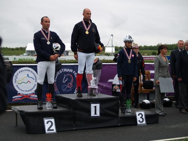 Kamila Kart na podium. Ze złotym medalem Jaume Punti, srebro - Jean-Phillippe Frances. Fot. Maciej Merkan