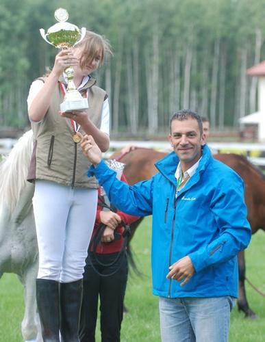 Mistrzyni Polski Anna Tarnowska otrzymuje puchar PZHKA od delegata weterynaryjnego FEI Marcello Contiego, fot. Mateusz Jaworski