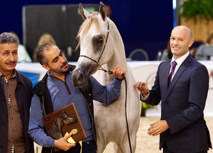 Mozn Albidayer, z lewej szejk Mohammed Bin Saud Al Qasimi, z prawej prezenter Barry Shepherd, fot. Krzysztof Dużyński