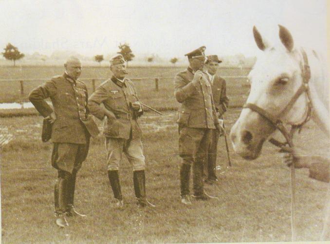 Przegląd w Janowie. Od lewej: dr Schulze, Gustav Rau, ppłk Hans Fellgiebel, Stanisław Pohoski, 1941, fot. archiwum