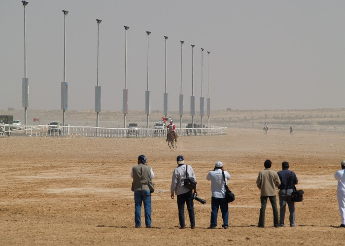 Do mety zbliża się zwycięzca rajdu, Yousef Ahmed Al Bloushi ze Zjednoczonych Emiratow Arabskich. Całkowity czas przejazdu - 04:53:38.Przed metą ktoś z obsługi podaje zawodnikowi flagę, z którą przejeżdża przez linię mety, fot. M. i R. Rudzińscy