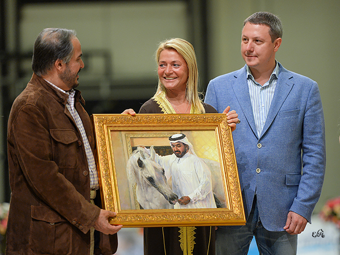 Szejk Abdullah Bin Mohammed Al Thani otrzymuje obraz Nadieżdy Mostaewej przedstawiający Palestrę. Fot. Ewa Imielska-Hebda