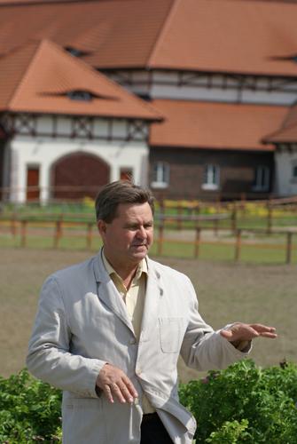Władysław Guziuk przed stajniami w Nowych Wrońskach. Fot. Krzysztof Dużyński
