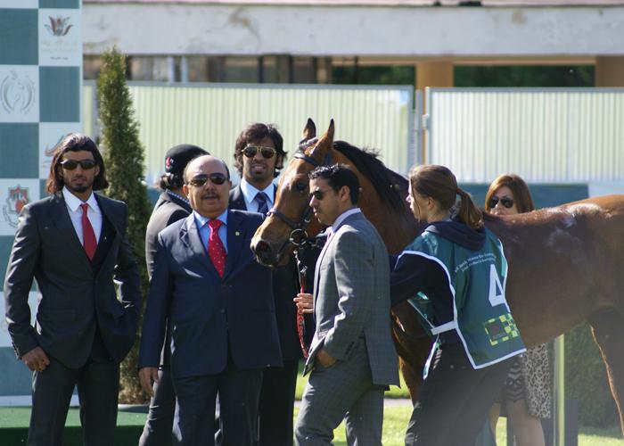 Piawellę udekorował Jego Ekscelencja Asim Mirza Ali Mohammed Al Rahmah. Z tyłu delegacja ZEA. Fot. Krzysztof Dużyński