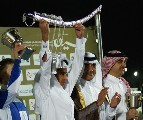 H.H. SHK. Abdullah bin Khalifa Al Thani (w środku) z trenerem Jassimem Al Ghazali (z prawej) oraz właścicielem zwycięskiego konia Khalifą Al Kuwari (z lewej, ze srebrnym mieczem). Fot. Monika Luft