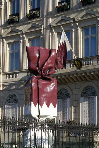 Qatar Embassy in Paris, facing Arc de Triomphe on Champs Elysées. Monumental sculpture by Laurence Jenkell. Photo by Krzysztof Dużyński