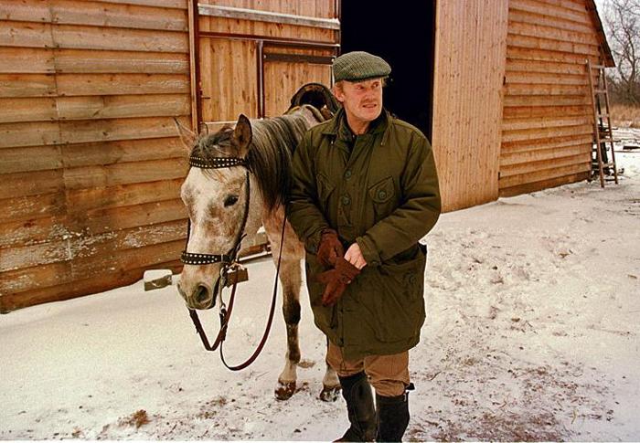 Daniel Olbrychski z ulubionym koniem o imieniu Cudny. Źródło: Fotorzepa