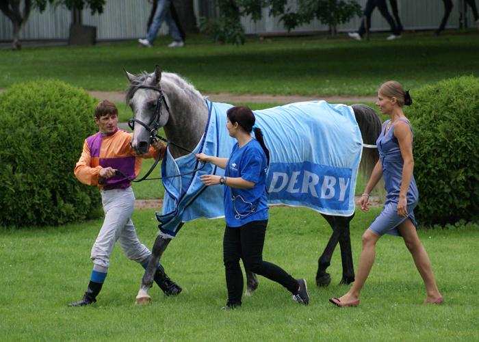 Trainer Daria Gutowska (blue dress) with Sabir, by Krzysztof Dużyński
