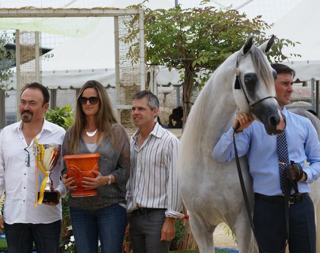 Dekoracja ogiera Excalibur E.A. Od lewej: hodowca ogiera Albert Sorroca (Equus Arabians), Olivia Strauch (Las Rosas Arabians, Urugwaj) i Ted Carson (USA). Fot. Mateusz Jaworski