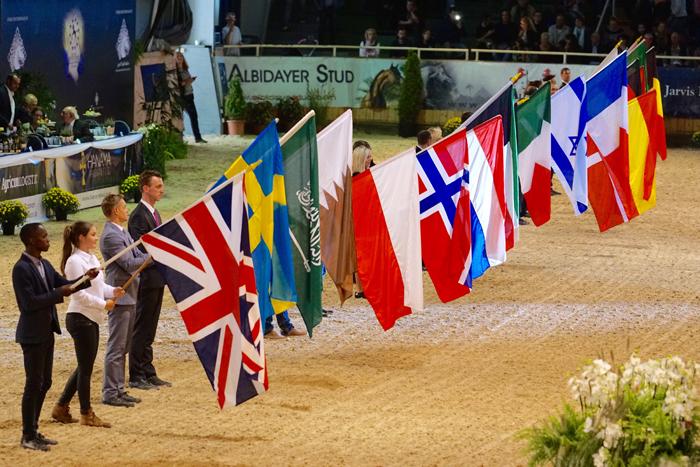 Parada z flagami, fot. Krzysztof Dużyński
