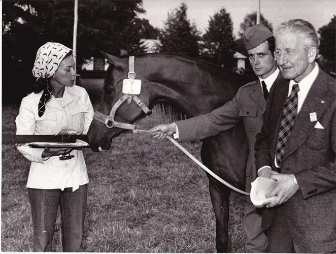 Dyr. Andrzej Krzyształowicz, rekordzistka aukcyjna kl. Saletra (67 tys. USD) i Eleanor Romney, rok 1976. Fot. Marian Gadzalski