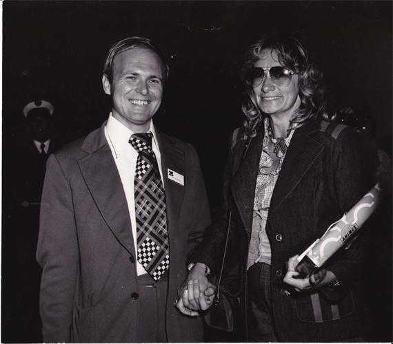 Marek Grzybowski z jedną z klientek, lata 70. Fot. Marian Gadzalski