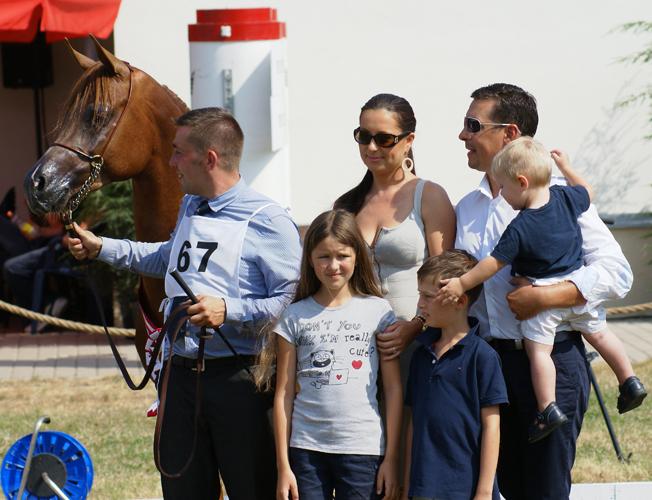 Gotico and Piotr Podgórny (M Arabians) with his family and handler Szymon Głowacki, by Krzysztof Dużyński