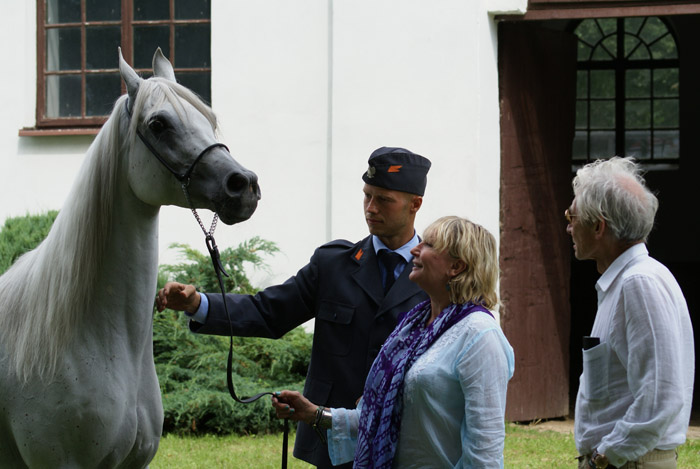 Hekla with her new owners, Mrs. Shirley and Charlie Watts. By Krzysztof Dużyński