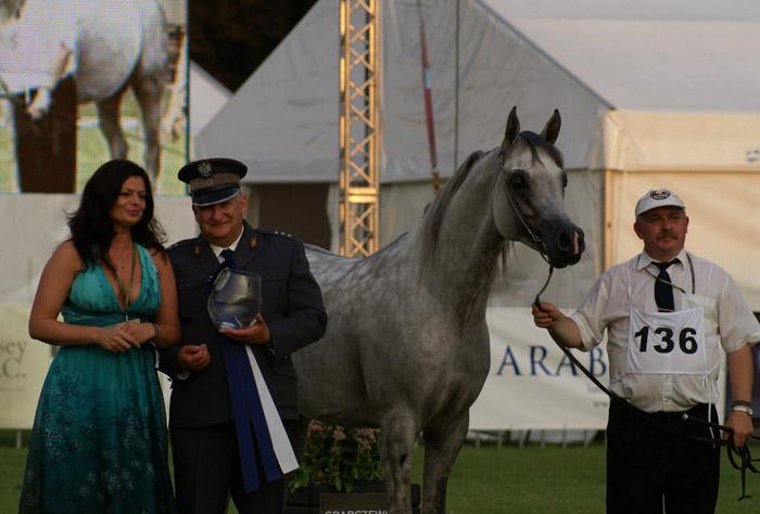 Jerzy Białobok from Michałów Stud receives the trophy for Kabsztad. By Krzysztof Dużyński
