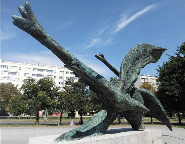 Lecące łabędzie, rzeźba Anny Dębskiej (Warszawa)