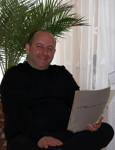 The collector Marek Tomaszewski holding the folder with the Prince Sanguszko's documents and letters. By Krzysztof Dużyński