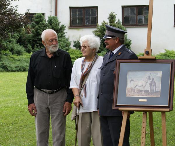 Professor Andrzej Strumiłło with Mrs. Izabella Pawelec-Zawadzka, Dir. Marek Trela and the watercolor of Mlecha by Juliusz Kossak, Janów Podlaski 2010. By Krzysztof Dużyński