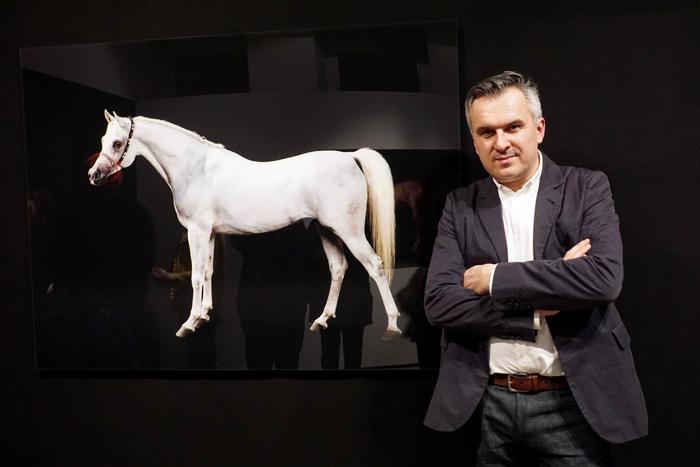 Robby Cyron i jedna z jego prac, wernisaż w Leica 6x7 Gallery w Warszawie, fot. Monika Luft