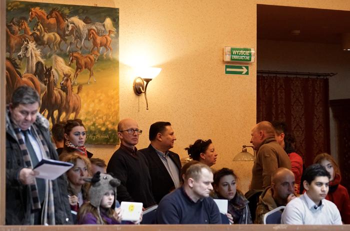 Goście aukcji obserwują prezentację koni z loży, fot. Krzysztof Dużyński