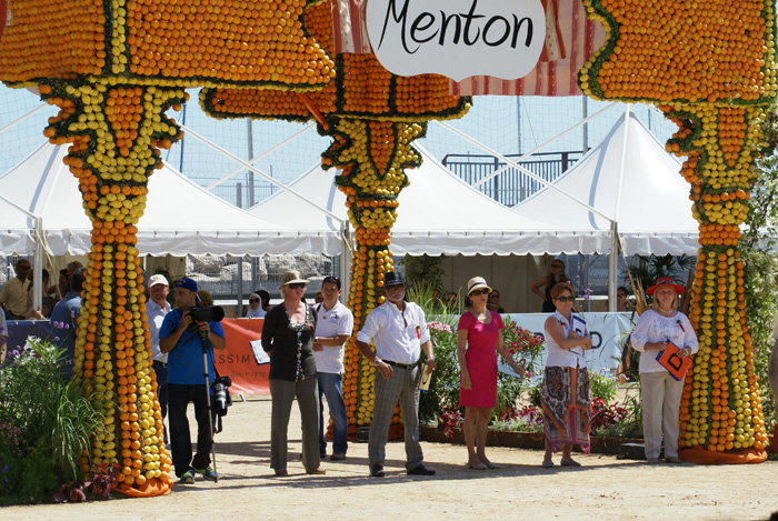 Show arena in Menton, the judges in the middle. By Monika Luft