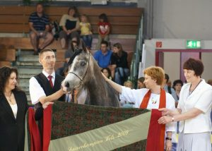 Sefora s decoration. On the right Anna Stojanowska and Anna Stefaniuk (Janów Podlaski Stud). On the left Piotr Dwojak. By Krzysztof Dużyński