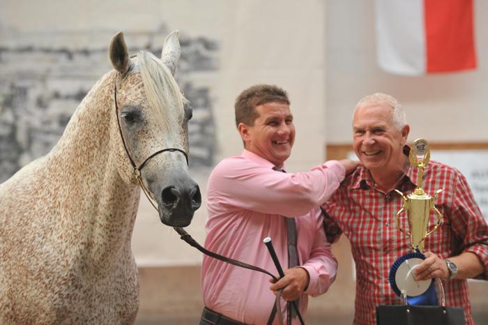 Shamir Ibn Ansata, Najlepszy Czeski Koń pokazu międzynarodowego, z Markiem Demczukiem oraz właścicielem (Regutec s.r.o). Fot. Urszula Sawicka