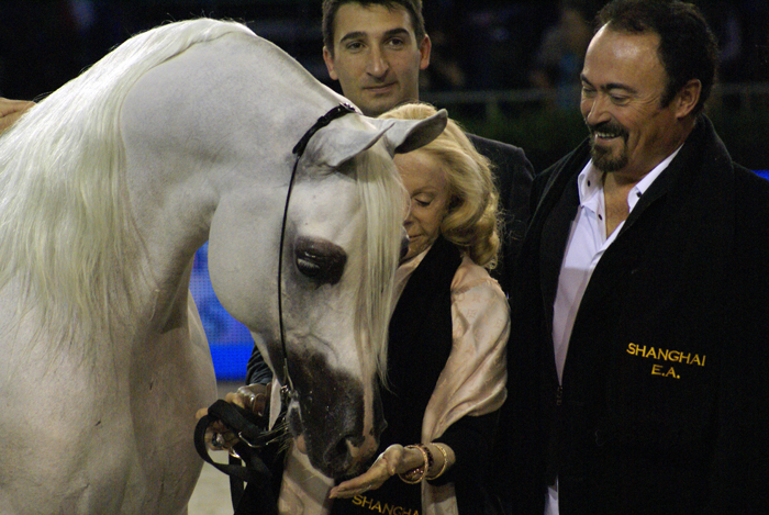 Shanghai E.A. z Albertem Sorrocą (Equus Arabians), księżną Laetitią d'Arenberg (Estancia Las Rosas, Urugwaj) i prezenterem Paolo Capeccim. Fot. Krzysztof Dużyński