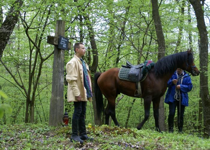 Janek Dudek przy Mogile Powstańców, w głębi MVA Prince Vayu, fot. Krzysztof Dużyński