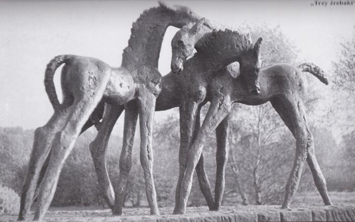 Trzy źrebaki, rzeźba Anny Dębskiej