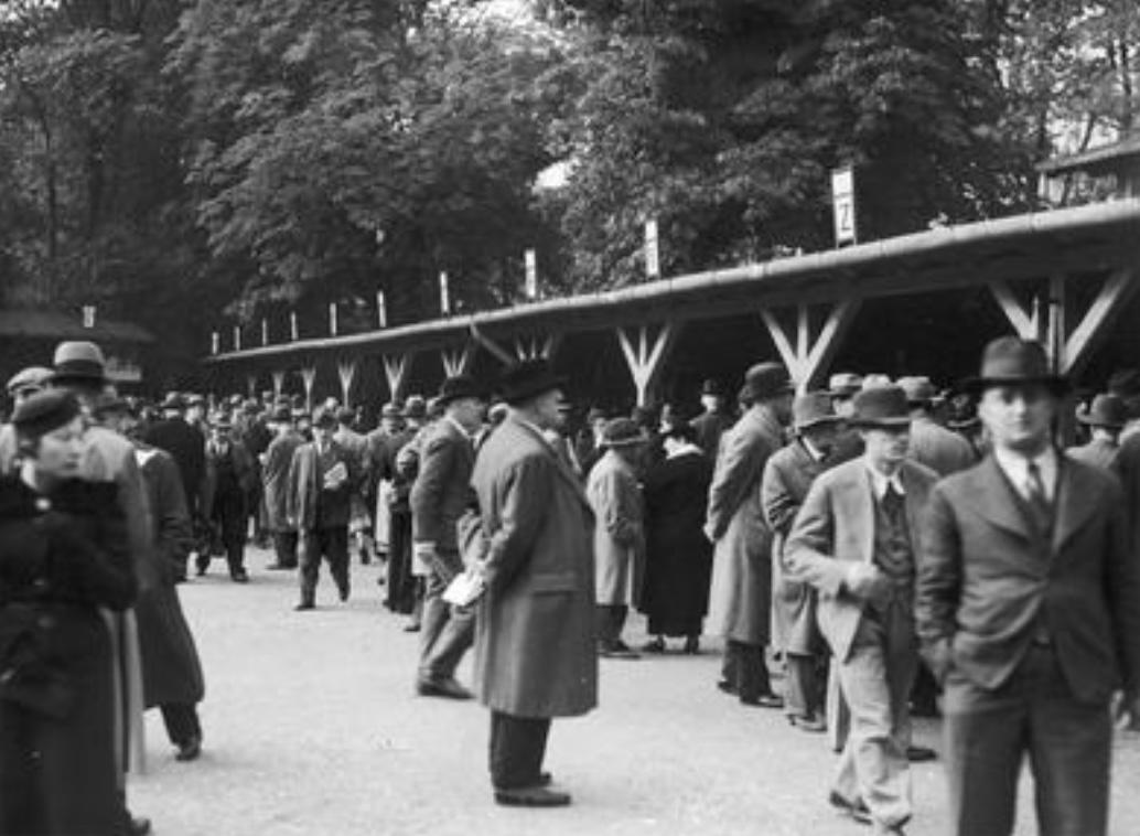 Grupa osób przed kasami, wrzesień 1939, Tor na Polu Mokotowskim, fot. Narodowe Archiwum Cyfrowe