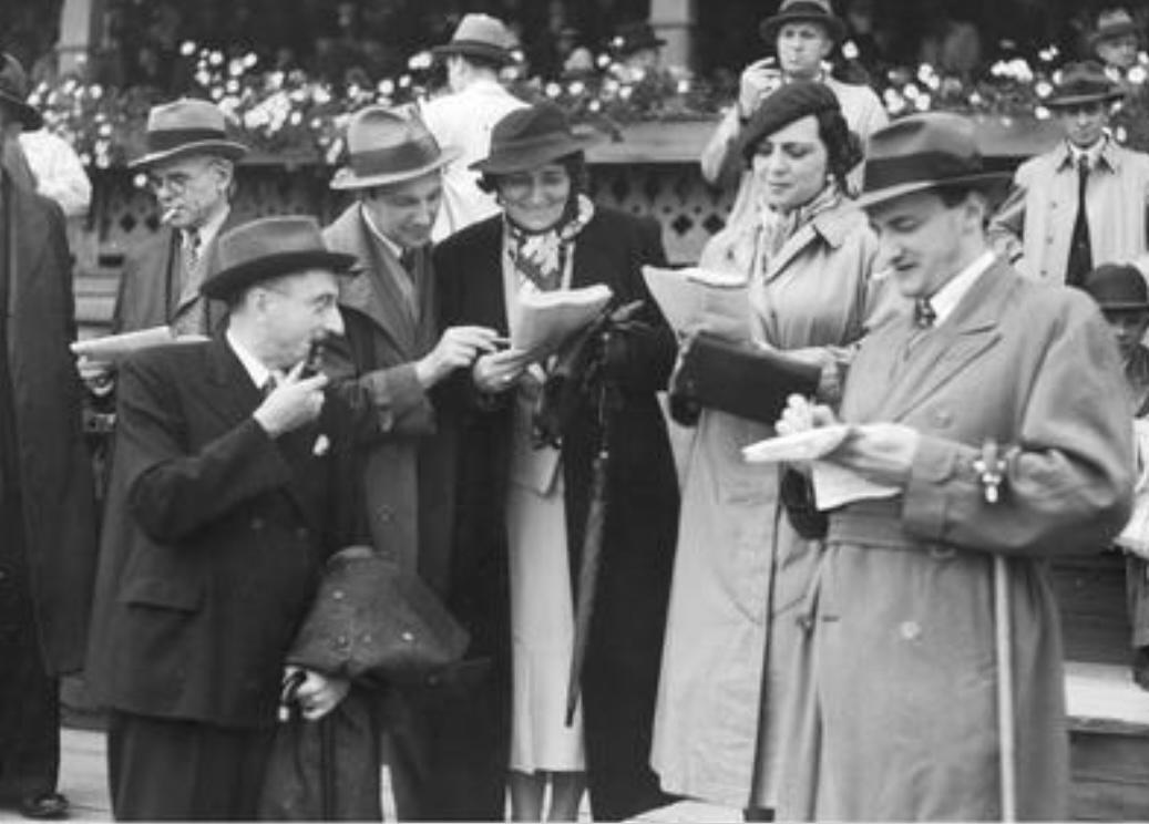 Grupa artystów i dziennikarzy na torze wyścigów konnych, rok 1939, fot. Narodowe Archiwum Cyfrowe