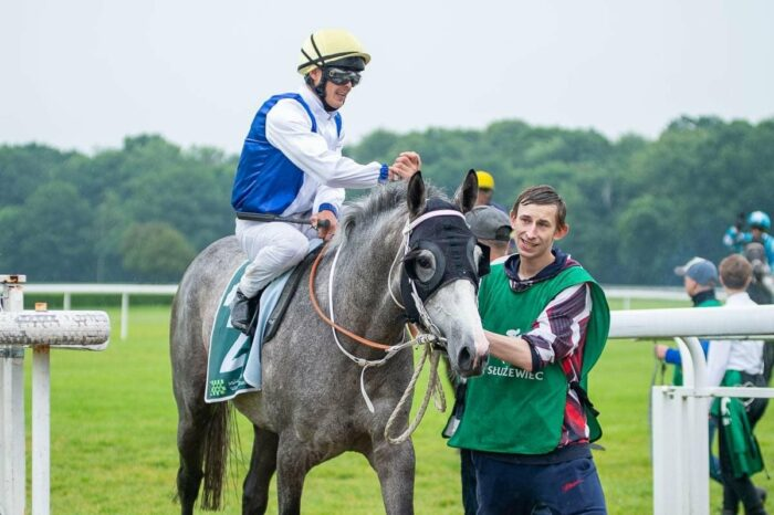 Suny du Loup pod Shanzarovem Abaevem po wygranej w Nagrodze Wathba Stallions Cup, fot. Traf Online
