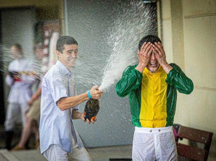 Radość po wygranej gonitwie Derby, dżokej Sanzhar Abaev, fot. Tor Wyścigów Konnych Służewiec
