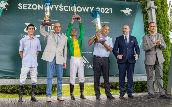 Zbigniew Górski (trzeci z prawej) odbierający nagrodę za wygraną w Derby 2021, fot. Tor Wyścigów Konnych Służewiec